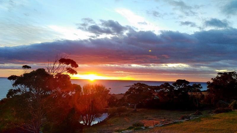 海から昇る朝日