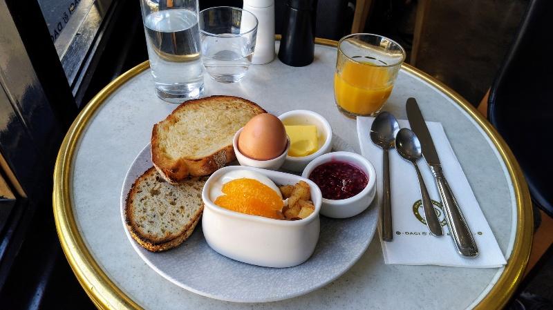 カフェでの朝食