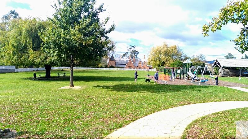 Zeps向かいの公園
