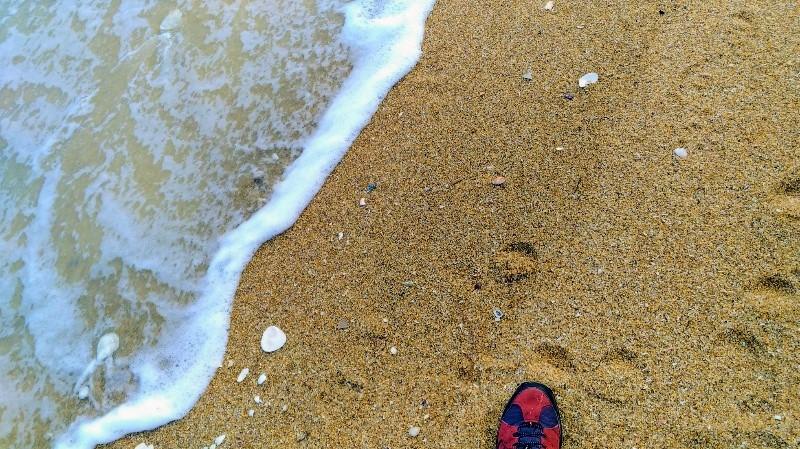 波が足元まで来ている!
